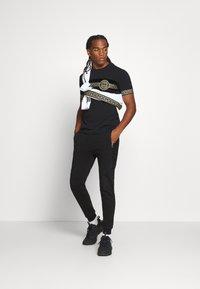 Glorious Gangsta - SHERWIN - Pantaloni sportivi - black - 1