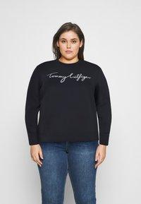 Tommy Hilfiger Curve - GRAPHIC - Sweatshirt - blue - 0
