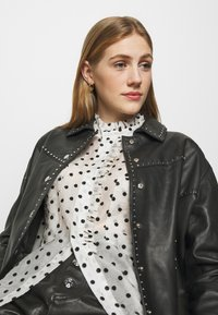 maje - CATHERINA - Button-down blouse - blanc/noir - 3