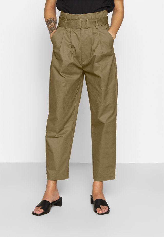 BELTED PLEAT WAIST PEG TROUSER - Bukser - khaki