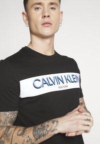 Calvin Klein - STRIPE LOGO - Print T-shirt - black - 5