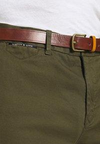 Scotch & Soda - NEW BELTED  - Chino kalhoty - military - 4