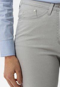 BRAX - STYLE LAURA TOUCH - Pantalon classique - smoke - 2