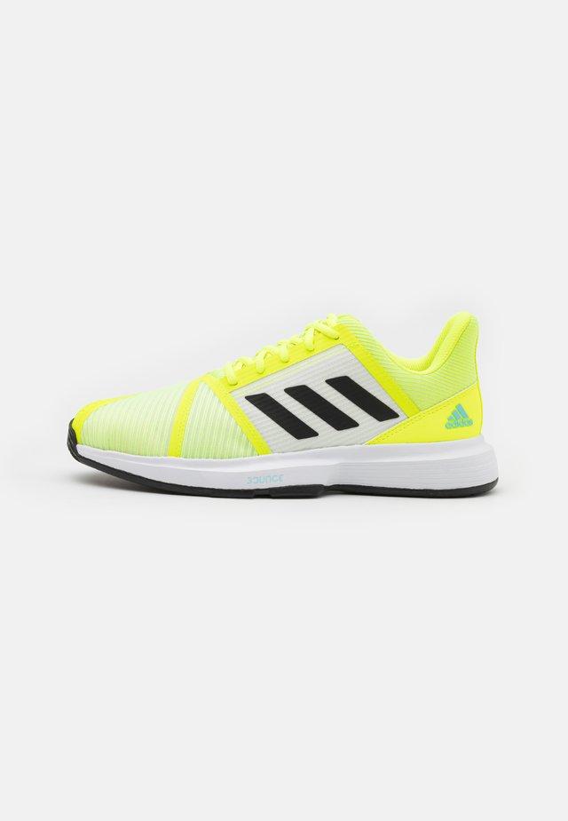 COURTJAM BOUNCE - Tenisové boty na všechny povrchy - solar yellow/core black/hazy sky