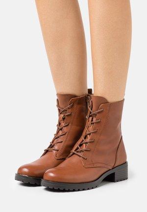 LEGENIA - Snørestøvletter - brown