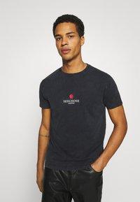 Kaotiko - WASHED VENUS ROSES - Print T-shirt - black acid wash - 2