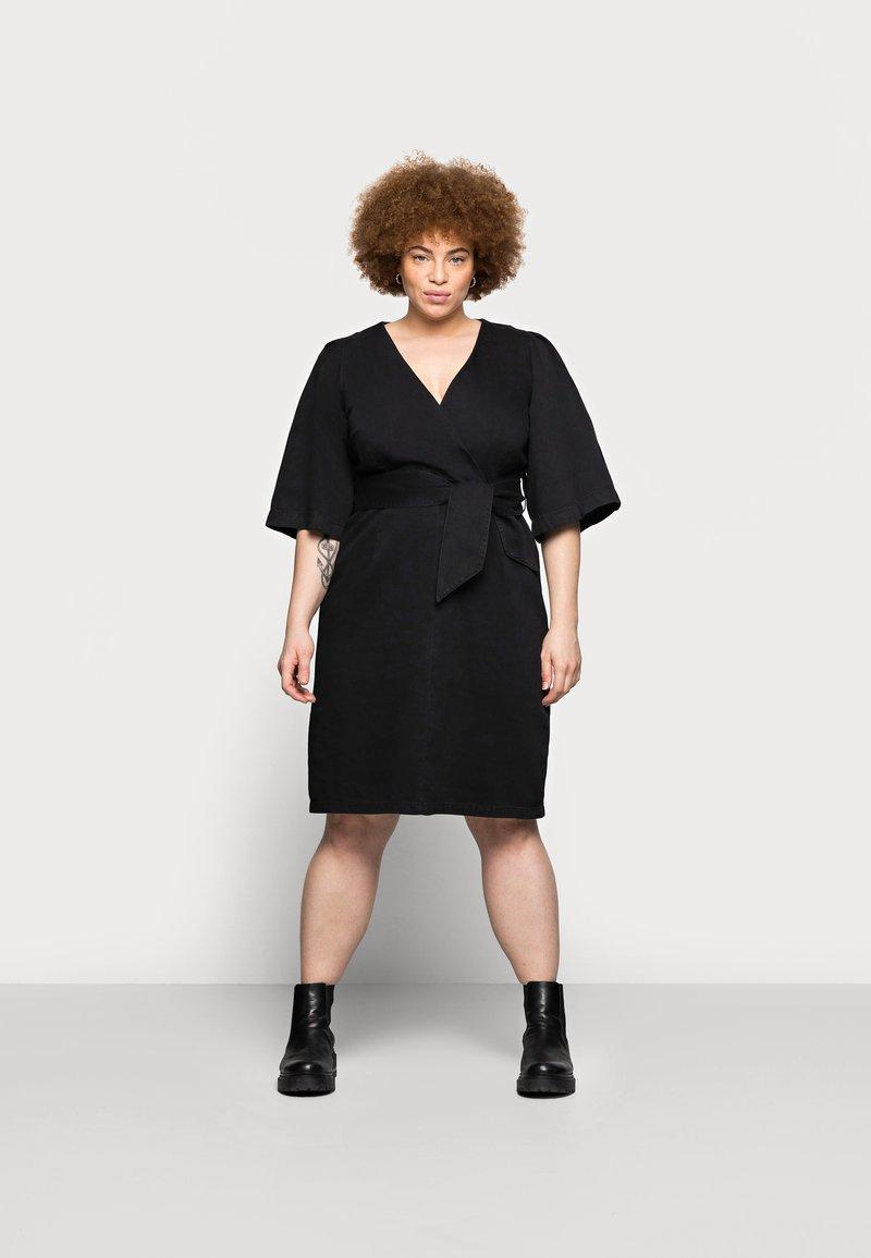 Vero Moda Curve - VMFAYE SHORT DRESS - Denimové šaty - black