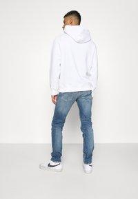 Calvin Klein Jeans - ESSENTIAL REGULAR HOODIE - Felpa - bright white - 0