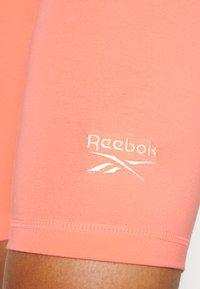 Reebok - RI SL FITTED SHORT - Medias - twisted coral - 4