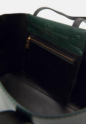 THE NEW LETTERING - Handtasche - verde