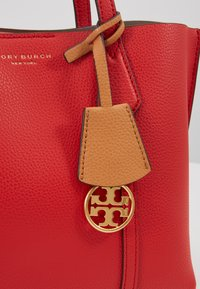 Tory Burch - PERRY SMALL TRIPLE COMPARTMENT TOTE - Borsa a mano - brilliant red - 6