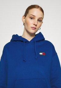 Tommy Jeans - BADGE HOODIE - Bluza z kapturem - providence blue - 3