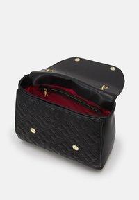 Love Moschino - TOP HANDLE QUILTED FLAP HANDBAG - Handbag - nero - 3