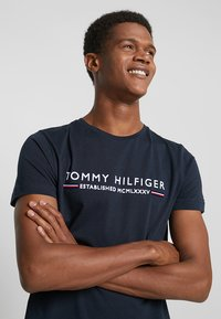 Tommy Hilfiger - ESSENTIAL TEE - Print T-shirt - blue - 4
