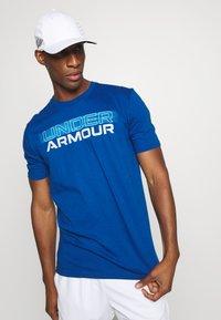 Under Armour - BLURRY LOGO WORDMARK  - T-shirt imprimé - graphite blue/electric blue - 3