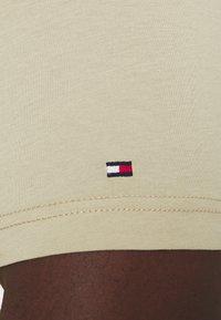 Tommy Hilfiger - SCRIPT LOGO TEE UNISEX - T-shirt con stampa - desert tan - 5