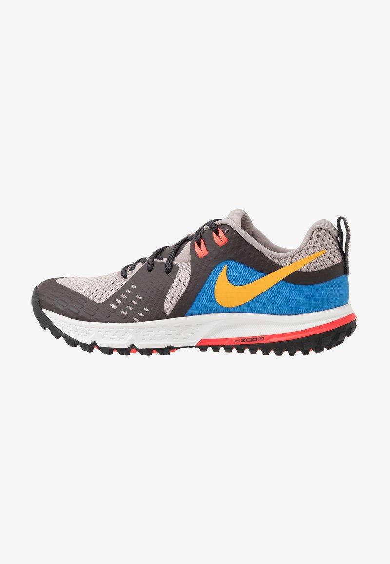 Nike Performance - AIR ZOOM WILDHORSE 5 - Obuwie do biegania Szlak - pumice/university gold/oil grey