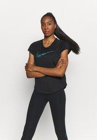 Nike Performance - ICON CLASH RUN  - T-shirt med print - black/silver - 0