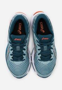 ASICS - GEL-CUMULUS 22 UNISEX - Zapatillas de running neutras - light steel/magnetic blue - 3