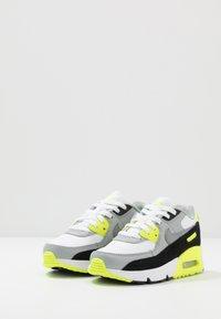 Nike Sportswear - AIR MAX 90 - Sneakersy niskie - white/particle grey/light smoke grey/volt - 3