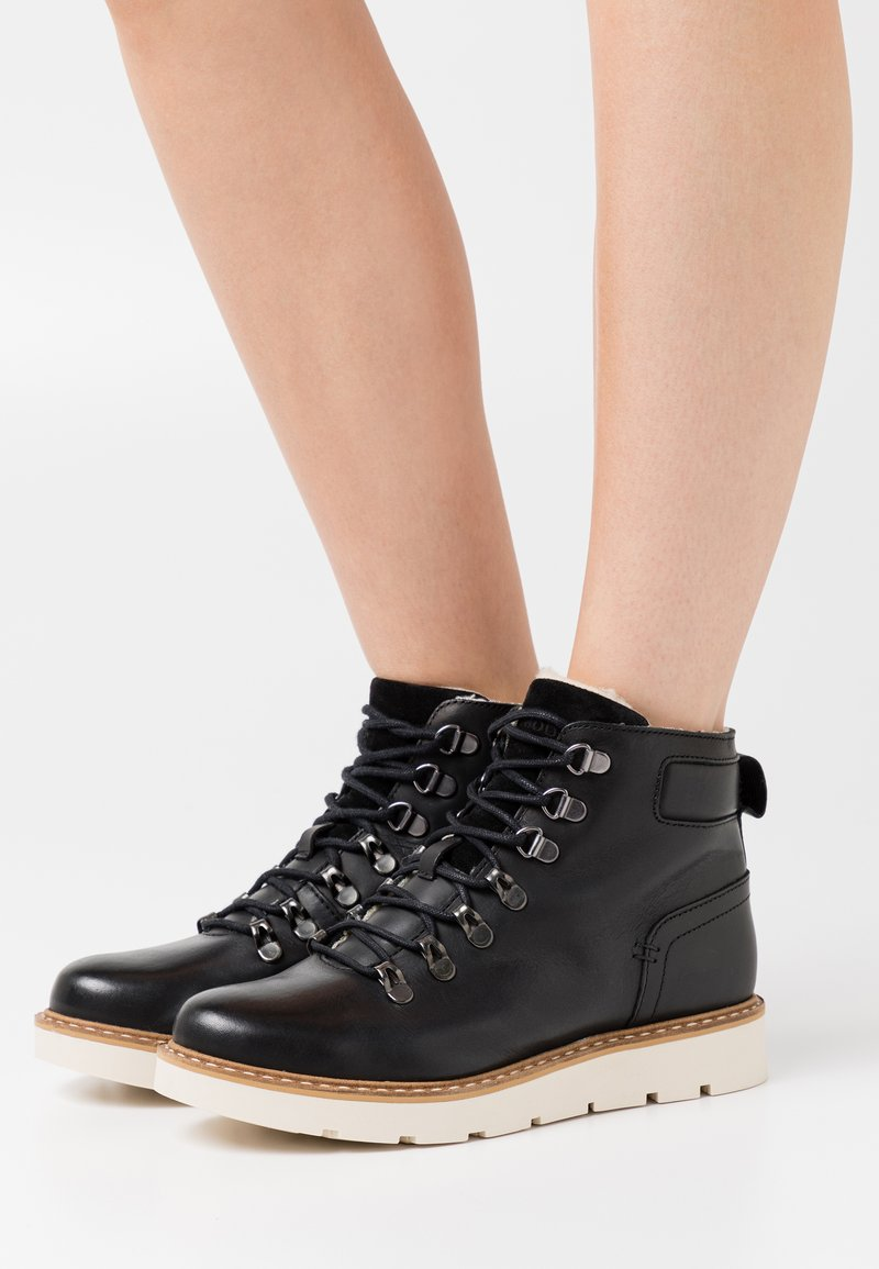 Vero Moda Wide Fit - VMMARY BOOT WIDE FIT - Platform ankle boots - black