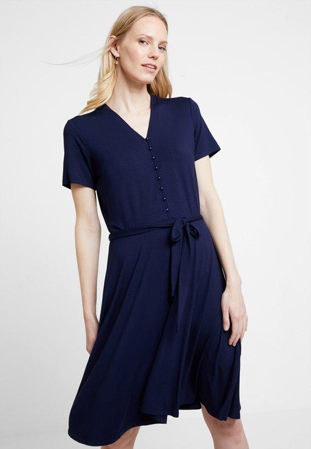 FREMDRESS DRESS - Žerzejové šaty - maritime blue