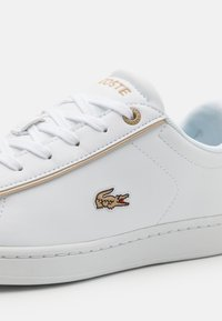 Lacoste - CARNABY EVO  - Trainers - white/gold - 5