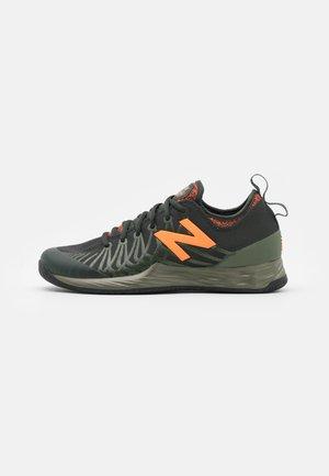 LAV FRESH FOAM - Zapatillas de tenis para todas las superficies - black/orange