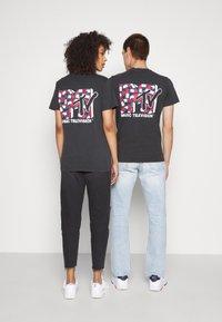 Tommy Jeans - ABO TJU X MTV TEE UNISEX - T-Shirt print - blackout - 2
