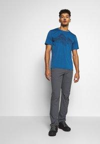 Jack Wolfskin - CROSSTRAIL GRAPHIC - Print T-shirt - indigo blue - 1