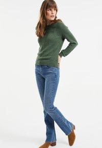 WE Fashion - MET OPENGEWERKTE STRUCTUUR - Maglione - green - 1