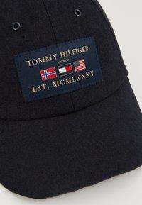 Tommy Hilfiger - OUTDOORS PATCH CAP - Kšiltovka - blue - 7