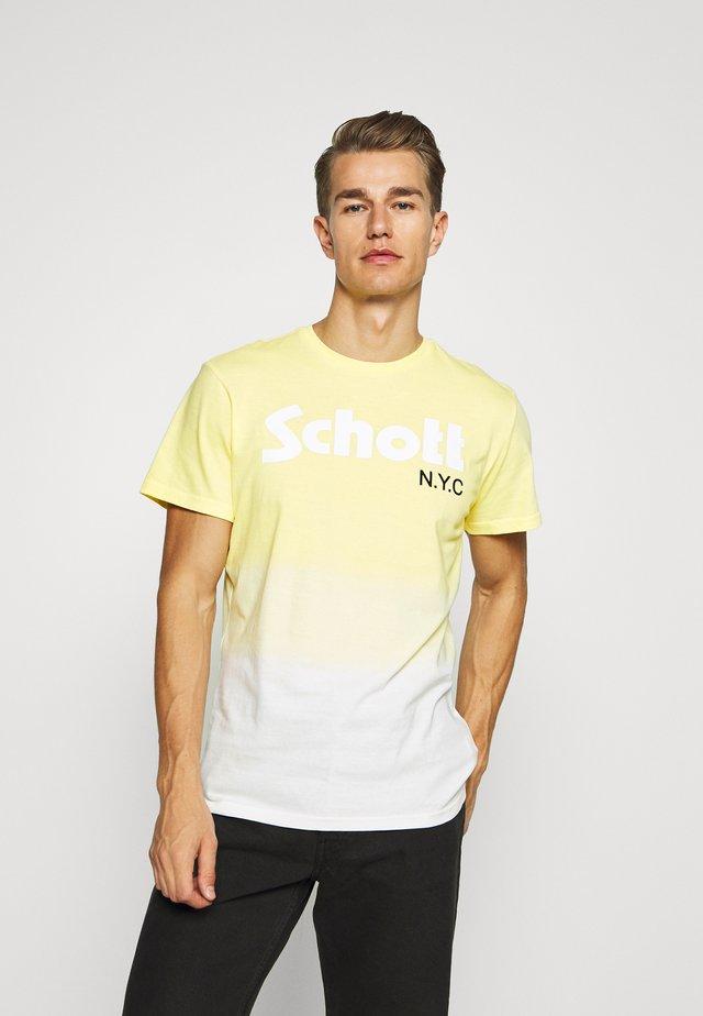 LOGO DIP DYE - Print T-shirt - yellow