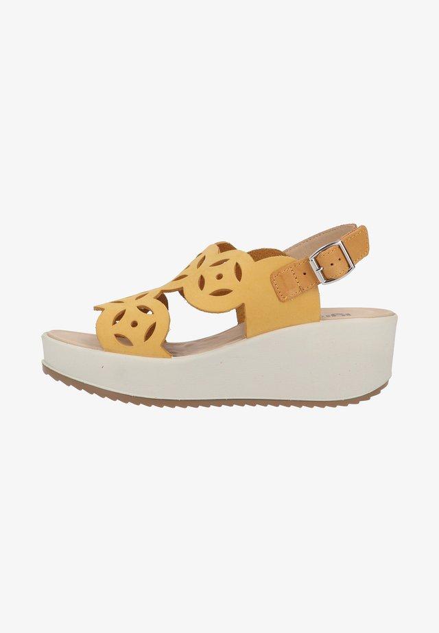Sandały na koturnie - giallo