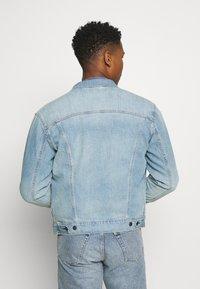 Levi's® - THE TRUCKER JACKET UNISEX - Veste en jean - light indigo/worn in - 2