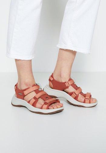 ASTORIA WEST OPEN TOE - Walking sandals - redwood/pheasant