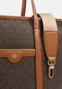 MICHAEL Michael Kors - BECK TOTE - Bolso de mano - brown - 4