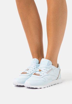 Trainers - glass blue/golden bronze /footwear white