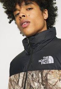 The North Face - 1996 RETRO NUPTSE VEST UNISEX - Waistcoat - kelp tan - 4