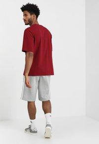 adidas Originals - 3-STRIPE UNISEX - Pantalon de survêtement - medium grey heather - 2