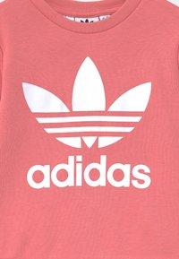 adidas Originals - CREW SET UNISEX - Tuta - hazy rose/white - 3