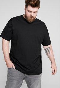 Urban Classics - BASIC TEE PLUS SIZE - T-shirt basic - black - 0