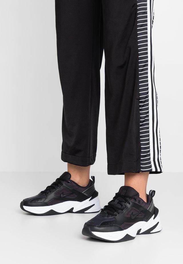 M2K TEKNO - Sneakersy niskie - black/oil grey/white