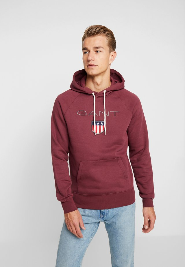SHIELD HOODIE - Hoodie - port red