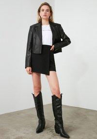 Trendyol - ТWOAW20SR0072 - Shorts - black - 1