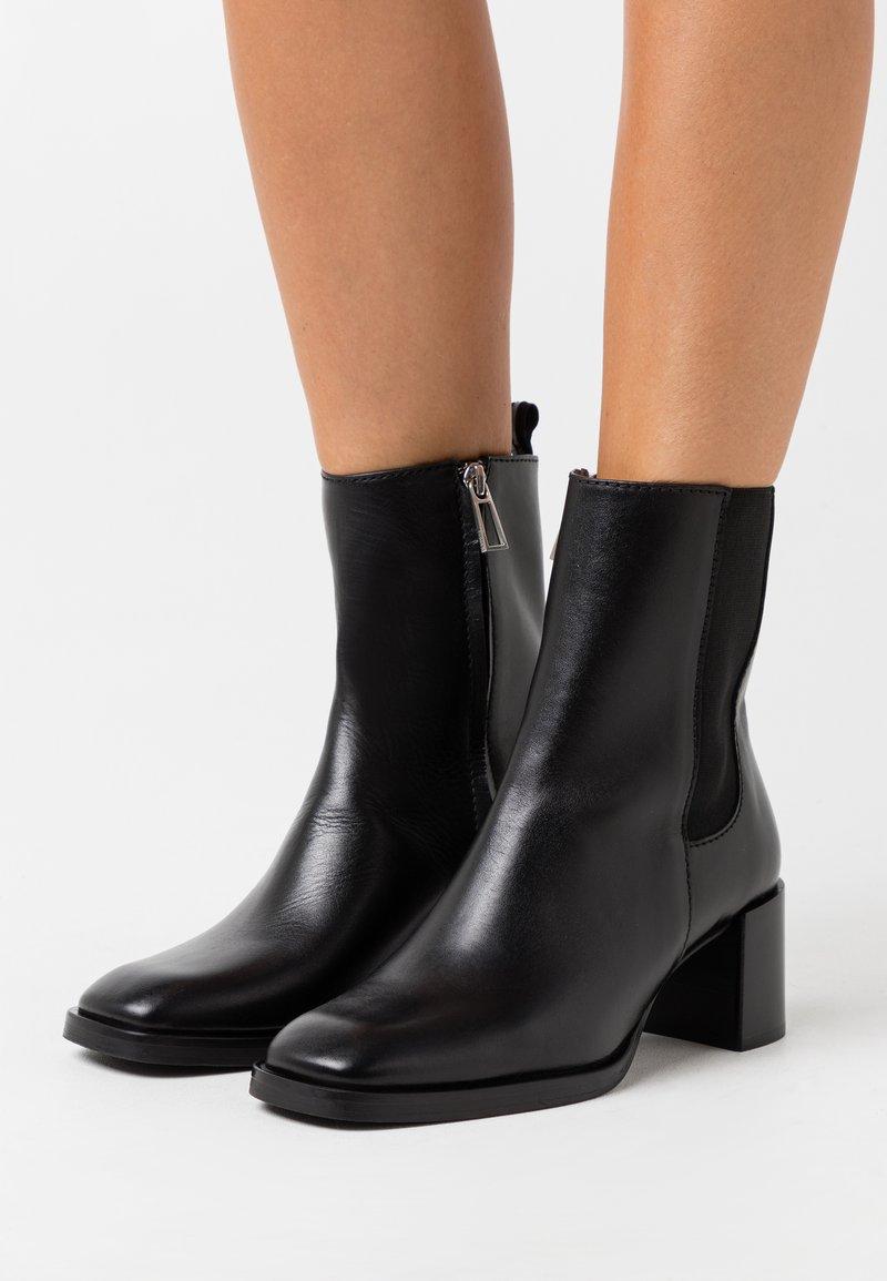 Filippa K - FLORENCE CHELSEA BOOTIE - Kotníkové boty - black