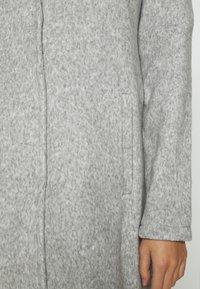 Vero Moda - VMBRUSHEDKATRINE JACKET - Kort kåpe / frakk - light grey melange - 5