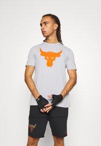 Under Armour - ROCK BRAHMA BULL - Print T-shirt - mod gray - 0