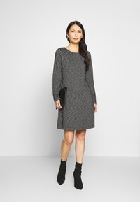 comma casual identity - Pletené šaty - grey/black - 1