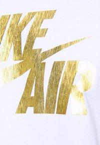 Nike Sportswear - TEE PREHEAT AIR - Camiseta estampada - white/gold - 4